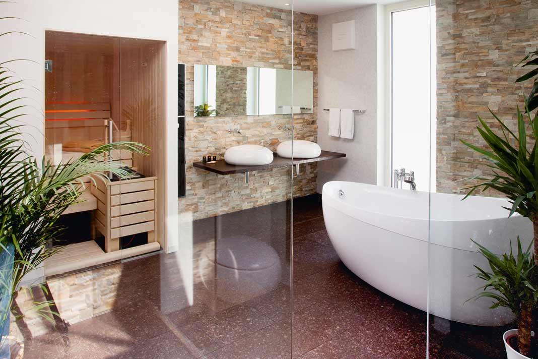 Sonnig hell zeigt sich das Bad mit einem integrierten Oberlicht in der Decke.
