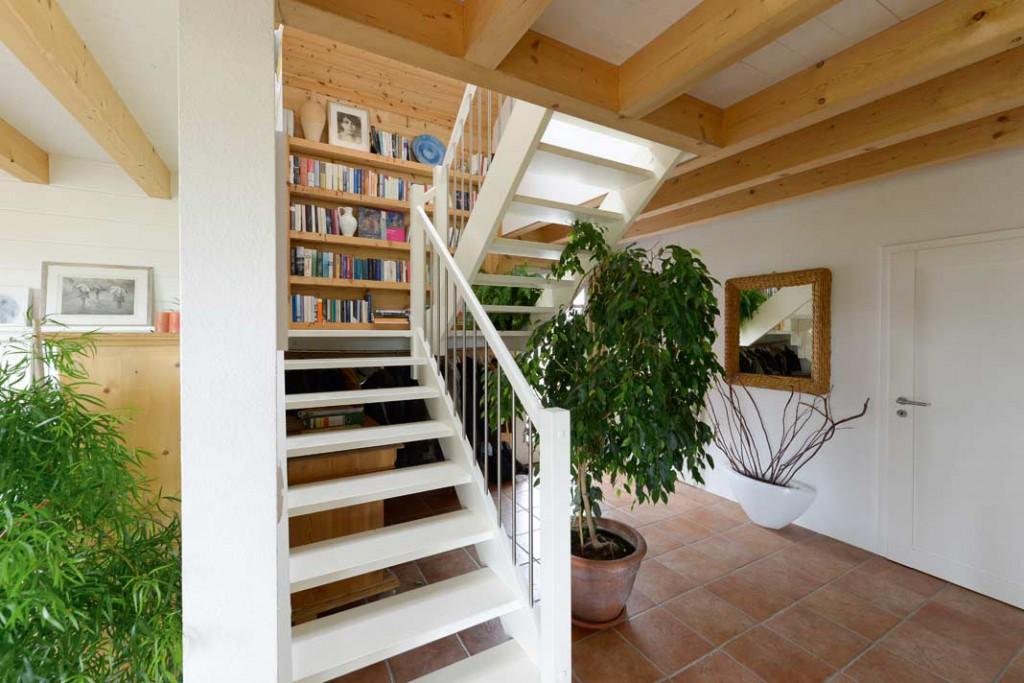 Das auf dem Zwischenpodest der Treppe befindliche Bücherregal wurde aus Holzresten des neuen Hauses passend angefertigt.