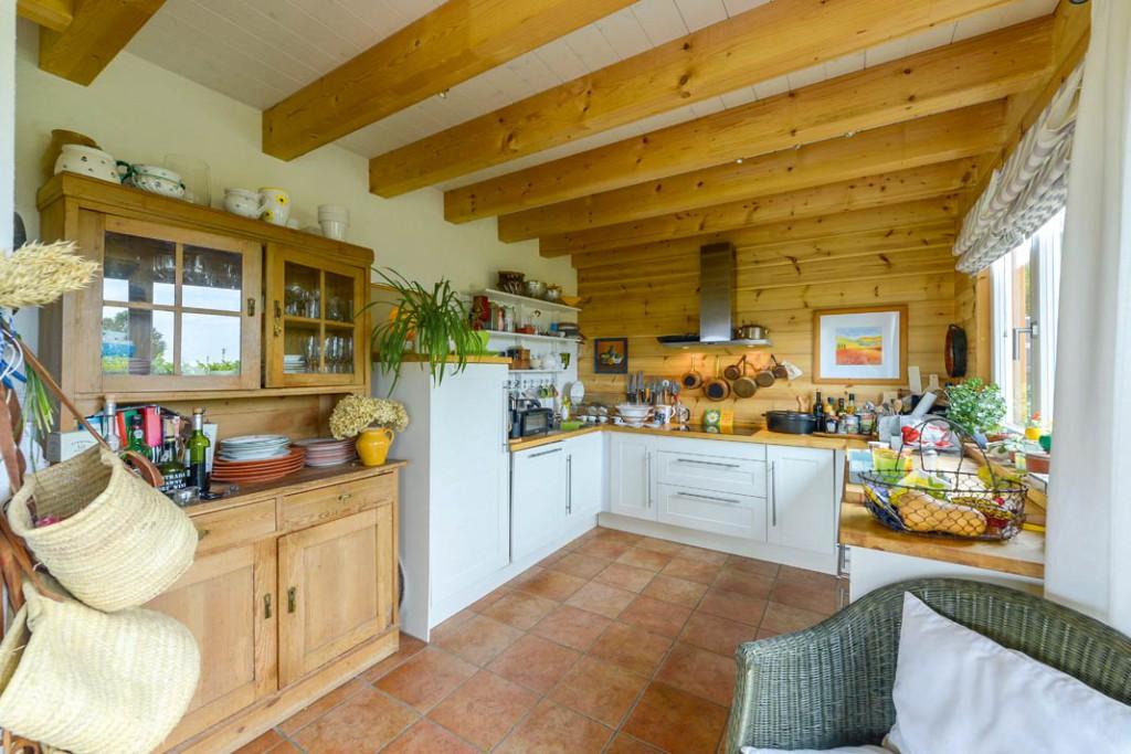 Die offene Küche wurde extra so bemessen, dass der vorhandene Bauernschrank hineinpasste.
