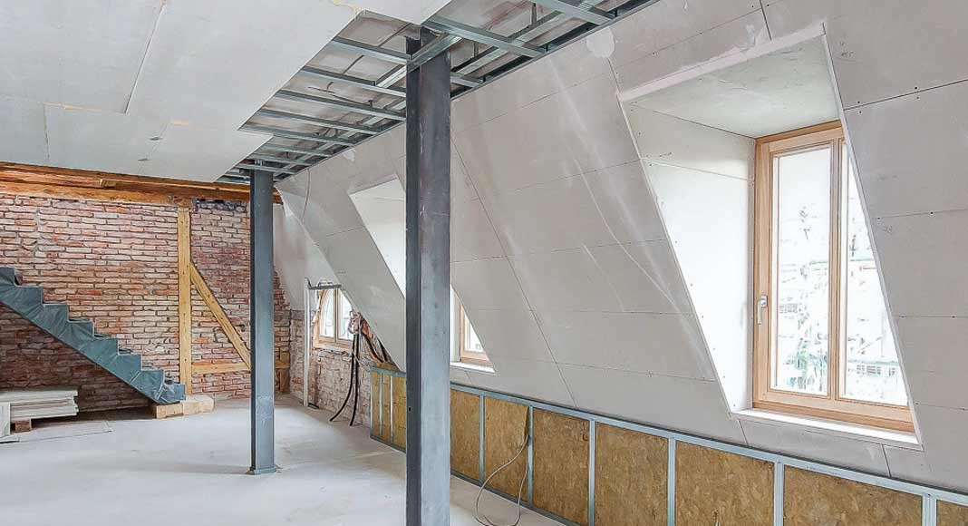 Zug um Zug sind alle Erfordernisse aus Schall- und Wärmeschutz umgesetzt und heizende wie kühlende Bauelemente in die Decken und Dachschrägen integriert worden – viel moderne Technik gut versteckt.