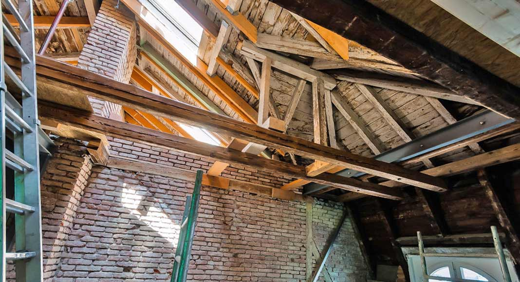 Im Bereich der neuen Treppe wurde der Raum zweigeschossig realisiert und die Hölzer in Sichtqualität aufbereitet.