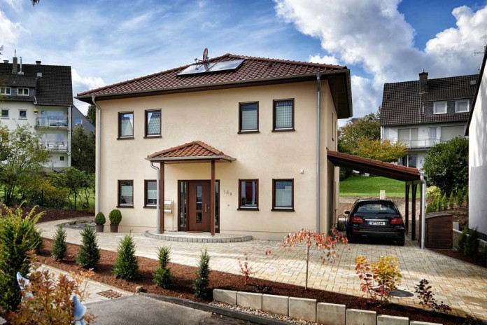 Beige-braunes Haus von der Ferne betrachtet