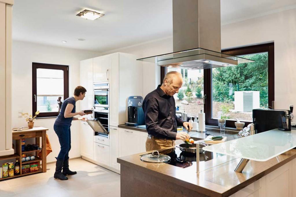 Die Küche bietet ausreichend Platz fürs gemeinsame Kochen.