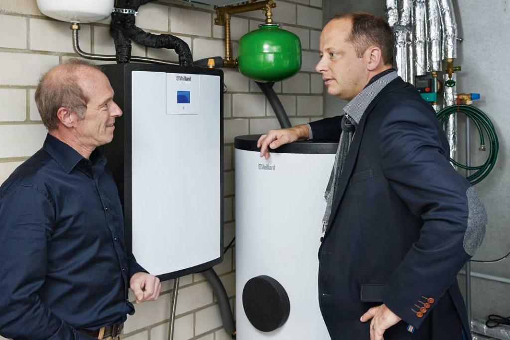 SHK-Handwerksmeister Christoph Freissler (rechts) erklärt dem Bauherrn Thomas Zöllner die im Haus eingesetzte Wärmepumpen- Technik.