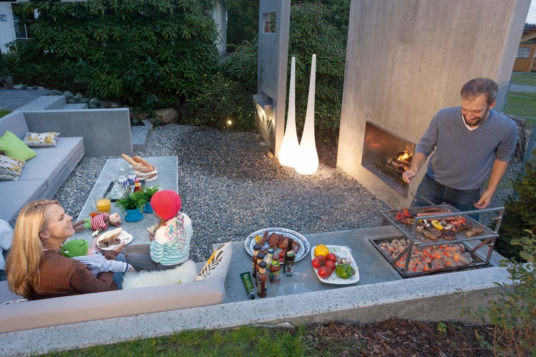 Nach einem schönen Sommertag findet sich die ganze Familie im Garten zum Grillen ein.