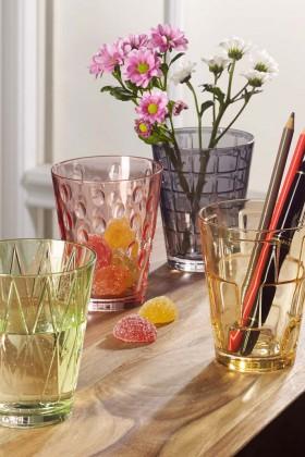 Gläser in den neuen Pantone-Trendfarben