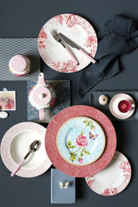 Geschirr mit floralen Motiven, trotzdem modern.