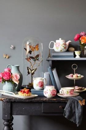 Geschirr mit Rosendekor
