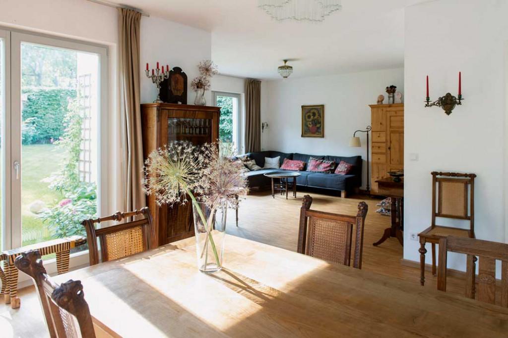 Die sachliche Geradlinigkeit des Baukörpers kontrastiert eine warme und gemütliche Einrichtung mit viel Holz sowie einen dezenten Landhausstil.