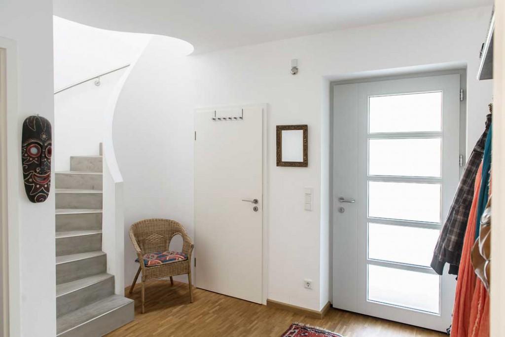 Die Treppe führt nicht nur schwungvoll nach oben, sondern sitzt auch in der abgerundeten Hausecke.