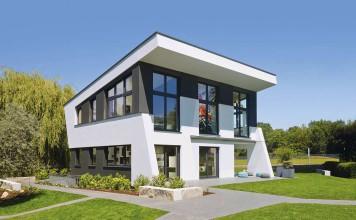 """Der Bauhaus-Stil ist in aller Munde. Jetzt hat der Architekt Hamid von Berg-Hadjoudj sich bewusst diesem Trend entgegengestellt und ein modernes Einfamilienhaus entworfen, dass """"eher Skulptur ist als reines Gebäude""""."""
