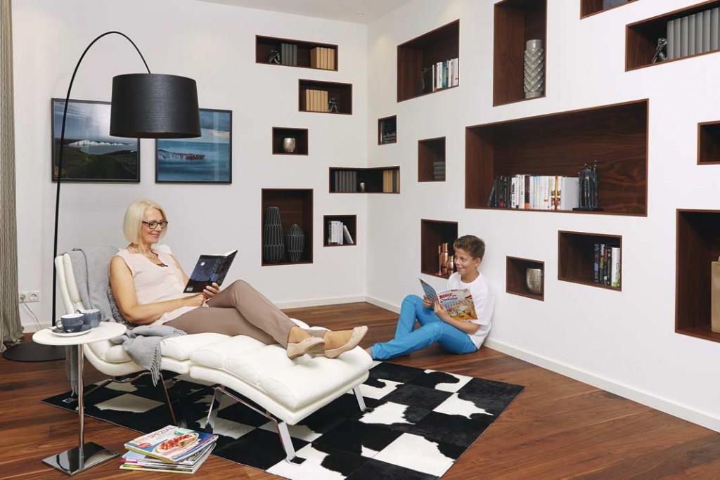 Pfiffig: Im Lesezimmer gibt es Regale, die in die Wand integriert sind. So kann man auf Bücherregale verzichten und der Raum wirkt großzügig. Foto: WeberHaus