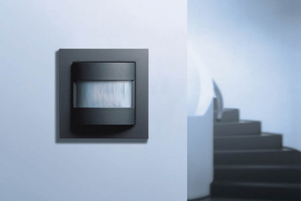 Kleine Helfer: In Durchgangsräumen bietet sich die Installation von Präsenzmeldern an.