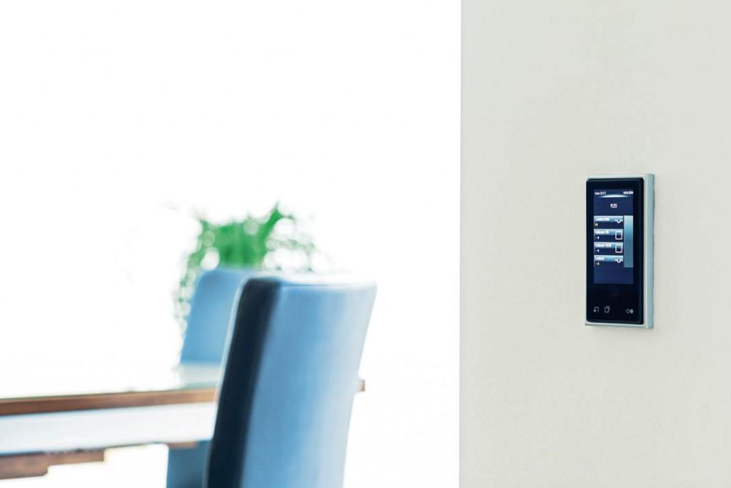 """m Wohnbereich lässt sich die Haustechnik über die kompakten """"Smart- Control""""-Geräte steuern und visualisieren."""