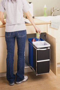 Ein Abfalleimer, der geschickt im Schrank verschwindet