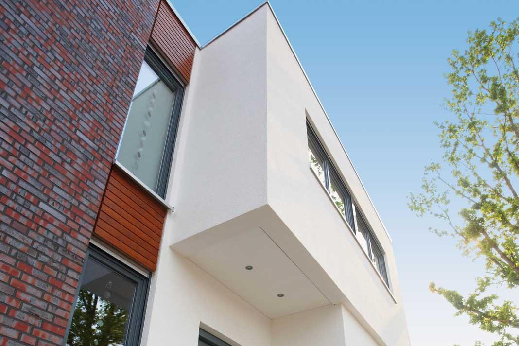 Individuelle Fassadengestaltung: Die zweischalige GUSSEK-Außenwand ermöglicht auch ein reizvolles Zusammenspiel von Putz, Klinkern und Holz.
