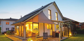 Das aparte Satteldachhaus mit Wintergarten passt auch auf kleinere Grundstücke. Foto: Gussek