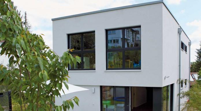 Auf der Gartenseite bergseits schließt sich eine große Terrasse an den Wohnbereich an. Foto: Gussek