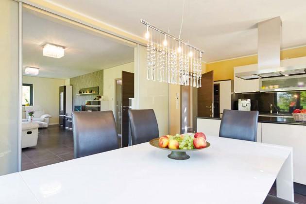 Die räumliche Nähe von Küche und Essbereich hat sich für die meisten Familien als besonders praktisch erwiesen.