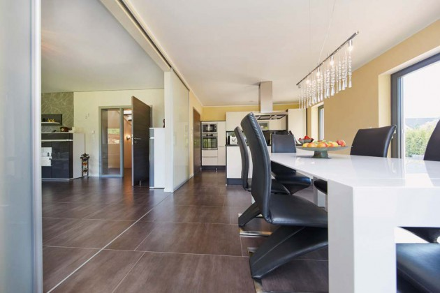 Komfortable Schiebetüren lassen ein variables Wohnkonzept – alles offen oder doch separat – je nach Lust und Laune zu.