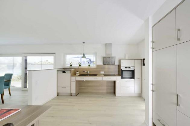 offene Küche mit Blick in den Essbereich und Tür in den Garten.