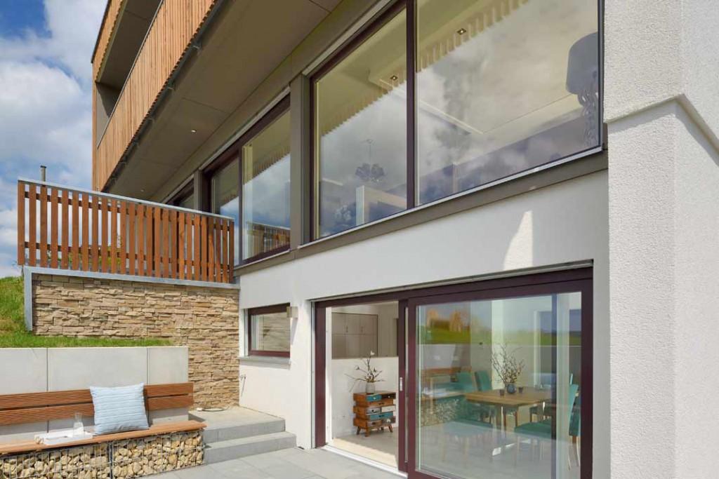 Einfamilienhaus-Special: Der sonnige Lichthof vor dem Untergeschoss lädt zum Verweilen im Freien ein.