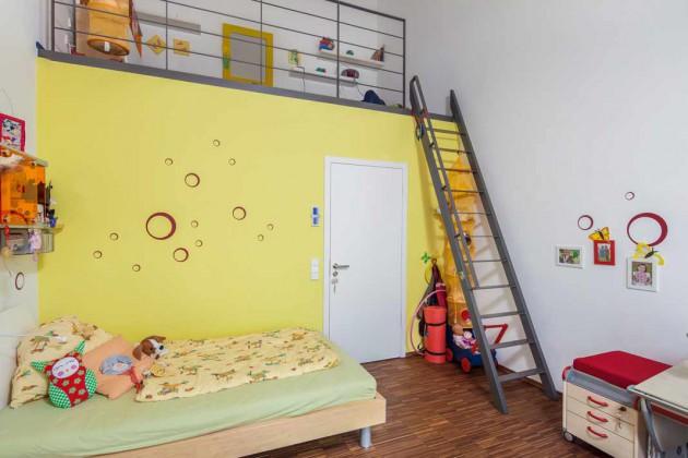 Im Dachgeschoss öffnen sich die Räume bis unter den First, das ermöglicht auch eine Spielgalerie im Kinderzimmer.