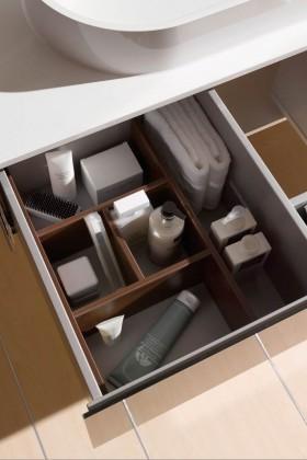 """Großzügiger, ordentlicher Stauraum und eine außer gewöhnliche Beckenform charakterisieren den Waschplatz aus der Badkollektion """"Asis""""."""