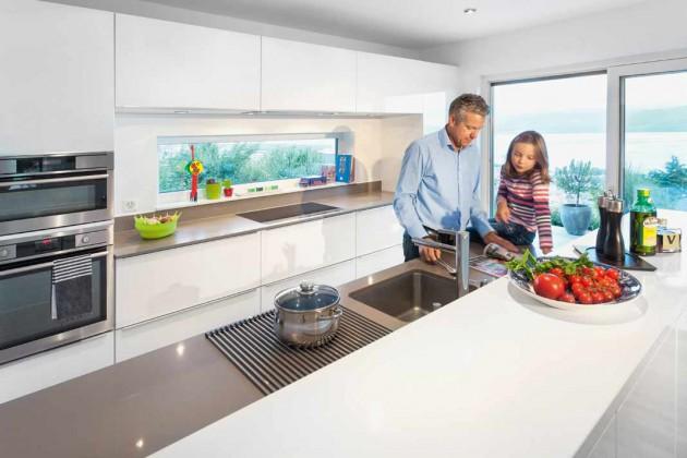 Küche mit Ausblick aufs Wasser und Berge.