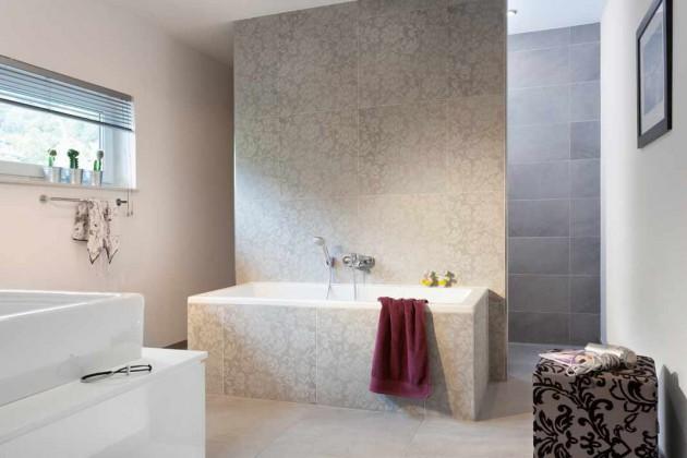 Modernes Bad in beige und grau Tönen.