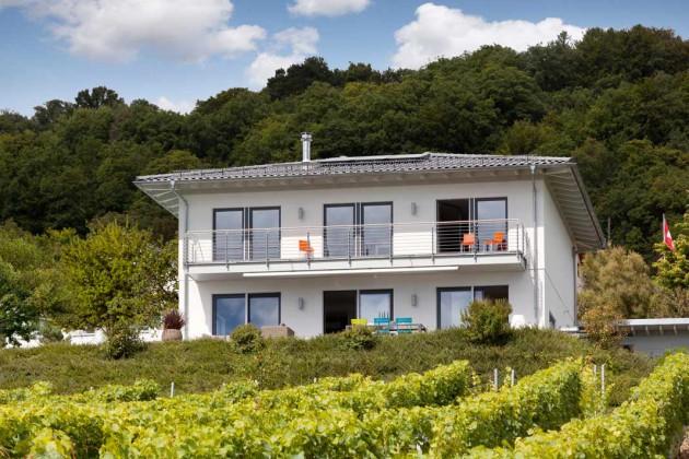 Einfamilienhaus eingebettet in grüner Landschaft.