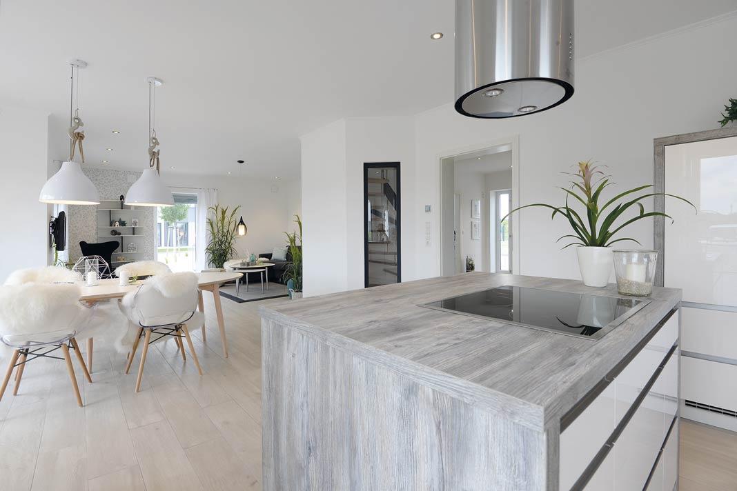 moderne, offene Küche mit Kücheninsel.