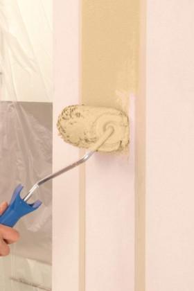 """Putzstrukturen kann man mittlerweile einfach fertig aus dem Eimer direkt an die Wand """"rollern"""" – und dabei direkt Muster gestalten, z.B. anhand von Klebestreifen die gewünschten Farbbereiche definieren."""