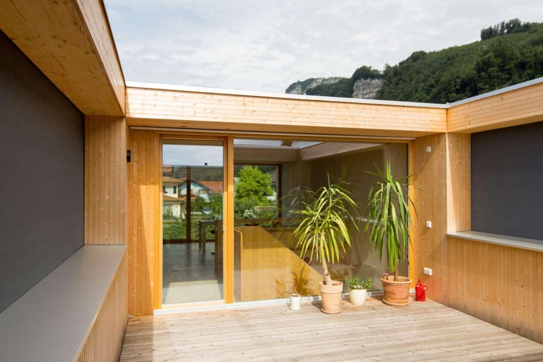 Viel Licht bekommt das Haus von oben, über die Verglasungen der Dachterrasse.