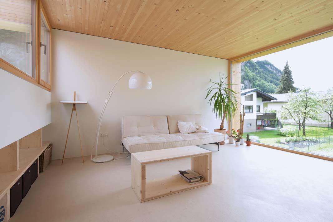 Die Räume sind von weißen Böden und weißen Wänden geprägt, dazu von hellen Massivholzdecken aus Fichte.