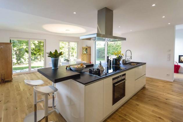 Es gibt erklärte Lieblingsplätze in Haus und Garten – die Bauherrin hält sich zum Beispiel bevorzugt in der Küche auf. Nicht um zu kochen, das überlässt sie ihrem Mann.