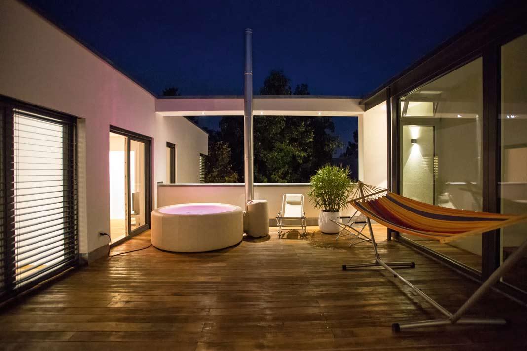 Dachterrasse mit beleuchteten Whirlpool.