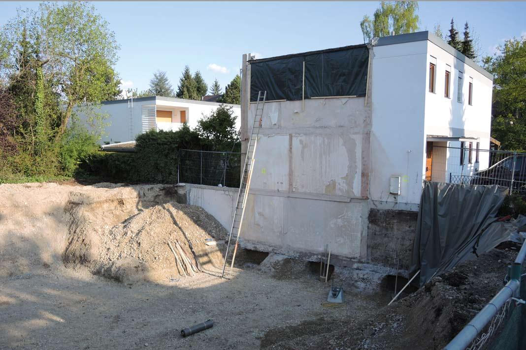 Bevor die neue Kommunwand, nunmehr im vorschriftsmäßigen Abstand, an die alte gebaut werden konnte, musste der Bestand noch fachmännisch mit Betonfundamenten unterfangen werden.