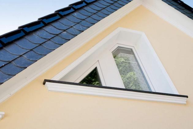 Die großen, linearen Fassadenprofile unter dem Dachüberstand wurden aus optischen Gründen montiert. Sie betonen den Charakter des Hauses zuzsätzlich.
