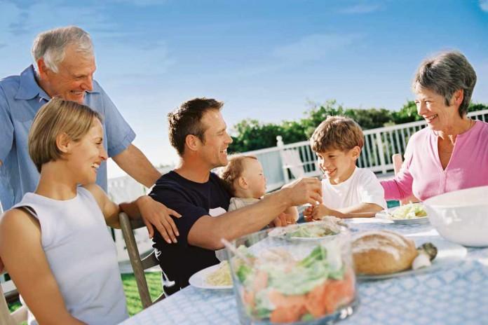 Großfamilie mit Kindern, Eltern und Großeltern.