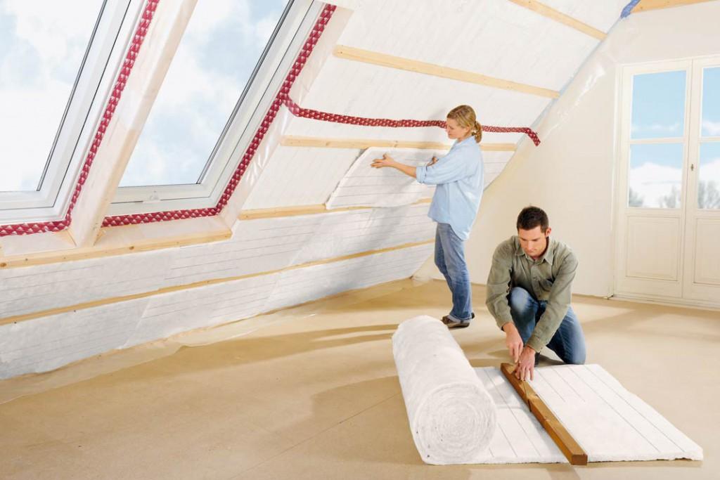 Bei der Dämmung der Dachschrägen erlaubt die Mineralwolle viel Eigenleistung.