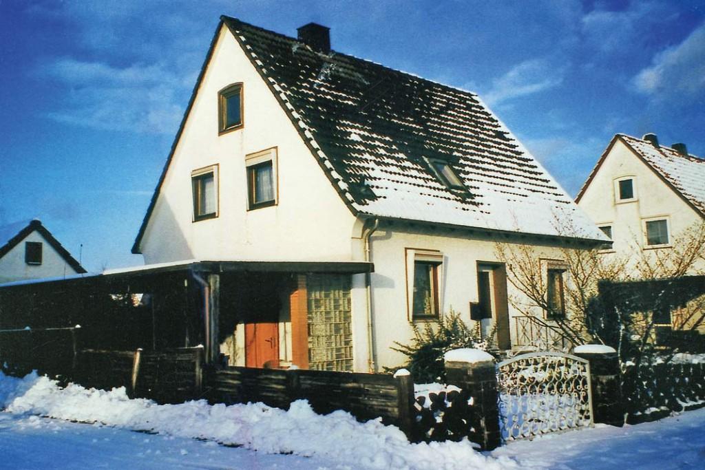 Schneefreie Flächen zeigen deutlich, wo ein ungedämmtes Dach Wärme nahezu ungehindert entweichen lässt.