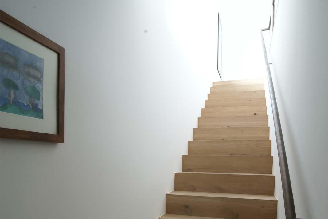 Holztreppe führt ins Obergeschoss