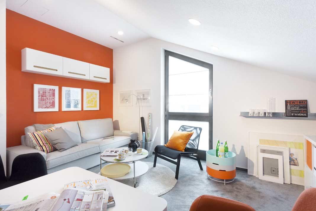 Eine moderne, frische Möblierung und kräftige Farben