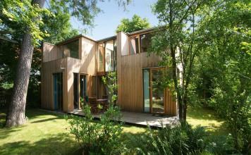 Das Holzhaus - der Kindertraum - von der Ferne betrachtet.