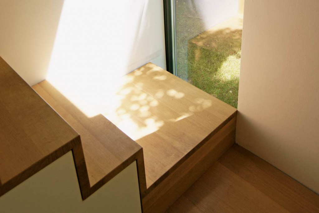 Die Fenster und Festverglasungen sind perfekt gesetzt, erlauben Durch -und Ausblicke und holen gleichzeitig viel Sonne ins Haus, was die Räume optisch größer wirken lässt. Generell sollte bei kompakten Häusern mit möglichst großen Glasflächen gearbeitet werden und dunkle Bereiche vermieden werden. Foto: Drexel