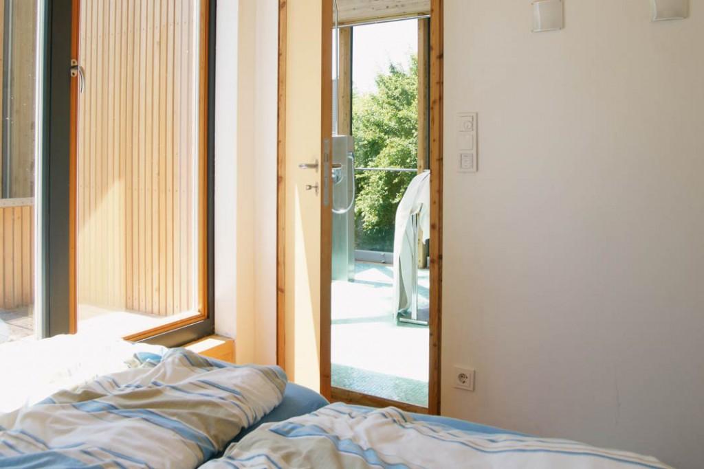 Von einem der Schlafzimmer, hier aufder Ostseite des Hauses, gelangt man direkt auf einen der kleinen, sonnigen<br /> Balkone (links).