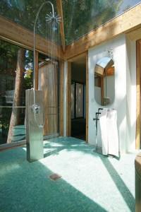 Gewagt und bestimmt nicht für jede Bauherrschaft geeignet: Das Badezimmer verfügt über ein Glasdach.