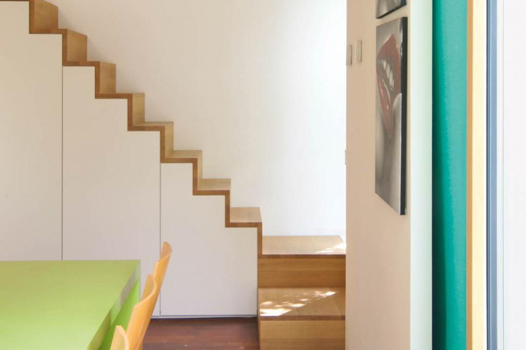 Die Treppen im Haus sind kompakt bemessen und optimal angeordnet, um Platz zu sparen.
