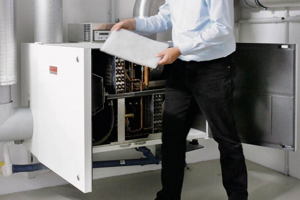 Filter sollten regelmäßig gewechselt werden, Rohre und Befeuchter müssen auf Verkeimung kontrolliert und gegebenenfalls gereinigt werden.